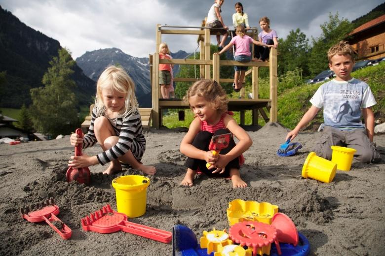 Spielplatz direkt beim Familienhotel Lagant, Vorarlberg, Österreich
