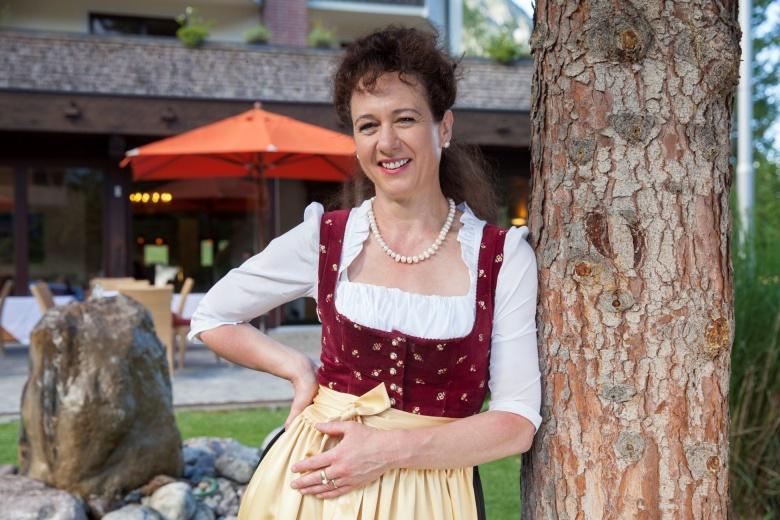 Hoteldirektorin, Gastgeberin Sonja Feurstein vor dem Hotel Lagant, Brand, Vorarlberg