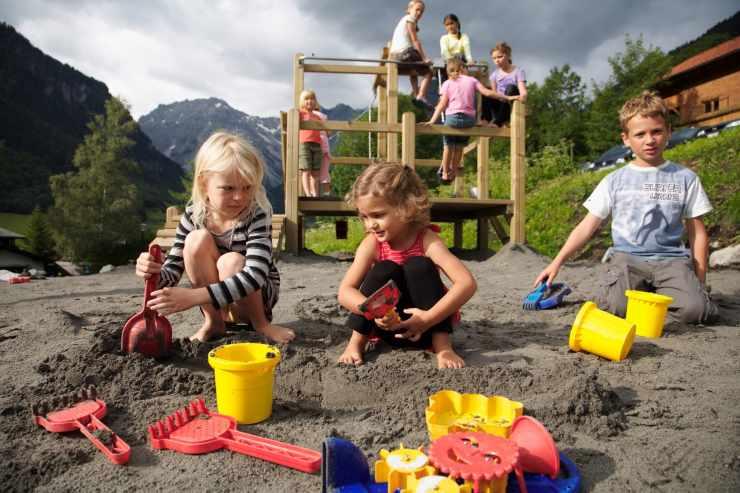 Kinderspielplatz, Naturspielplatz im Urlaub, Brand